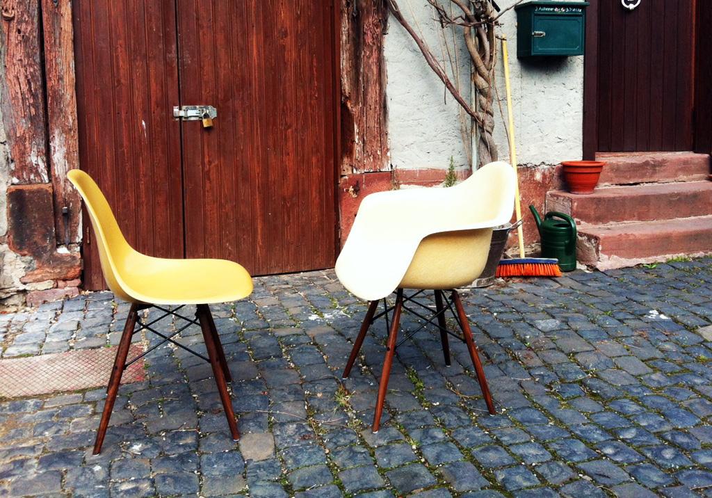 Eames Chairs im Hof